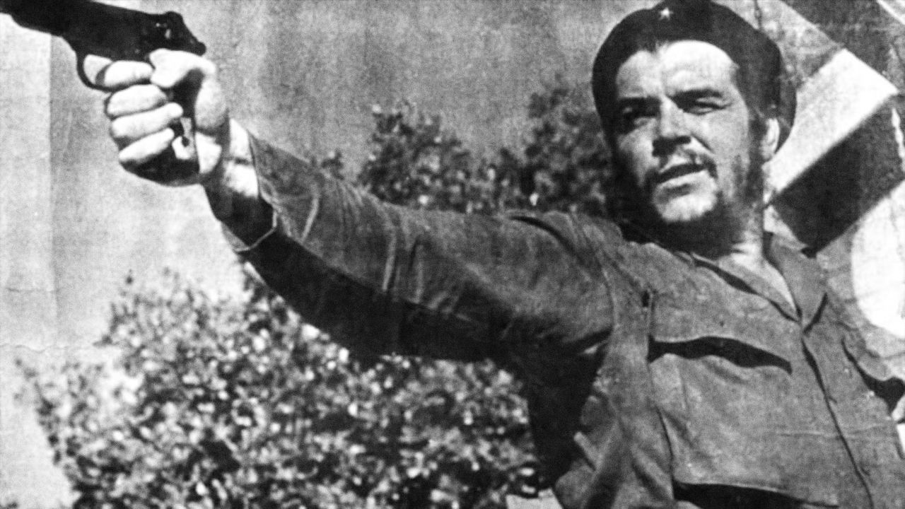 Takto se o něm dodnes na Kubě učí... Zajímavostí je, že Che Guevara se na Kubu původně vydal zejména coby lékař. Nakonec ale sám zabíjel. Iniciativa Cuba Archive, kterou organizuje think-tank Free Society Project, uvádí, že během revolučního řádění sám zabil nebo nařídil zabít více než dvě stovky lidí.