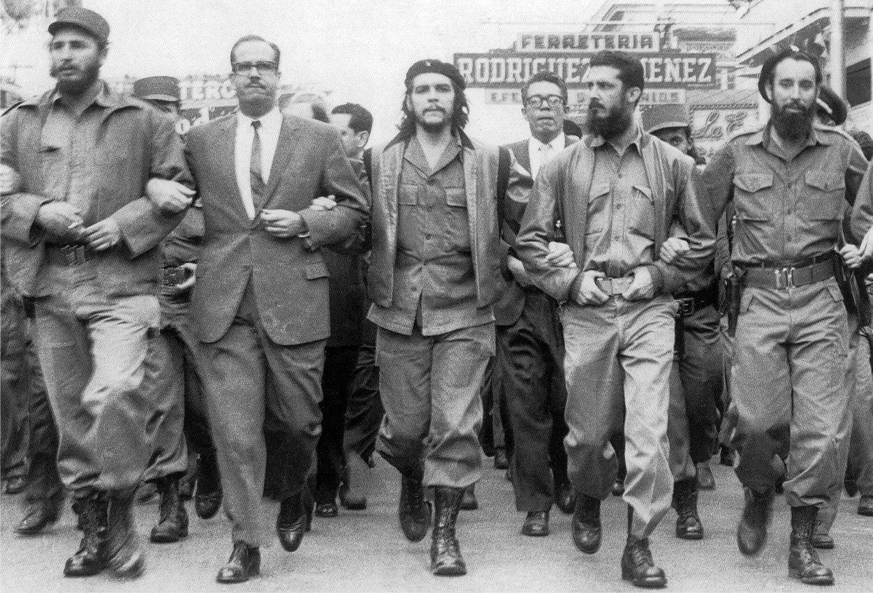 """""""Premiér Castro je ve svých 33 letech srdcem, duší, hlasem a vousatou vizáží dnešní Kuby. Jeho mladší bratr, 29letý šéf ozbrojených sil Raúl Castro, je pěstí, která drží revoluční dýku. Předseda Národní banky Che Guevara je ve svých 32 letech mozkem,"""" psal Time."""