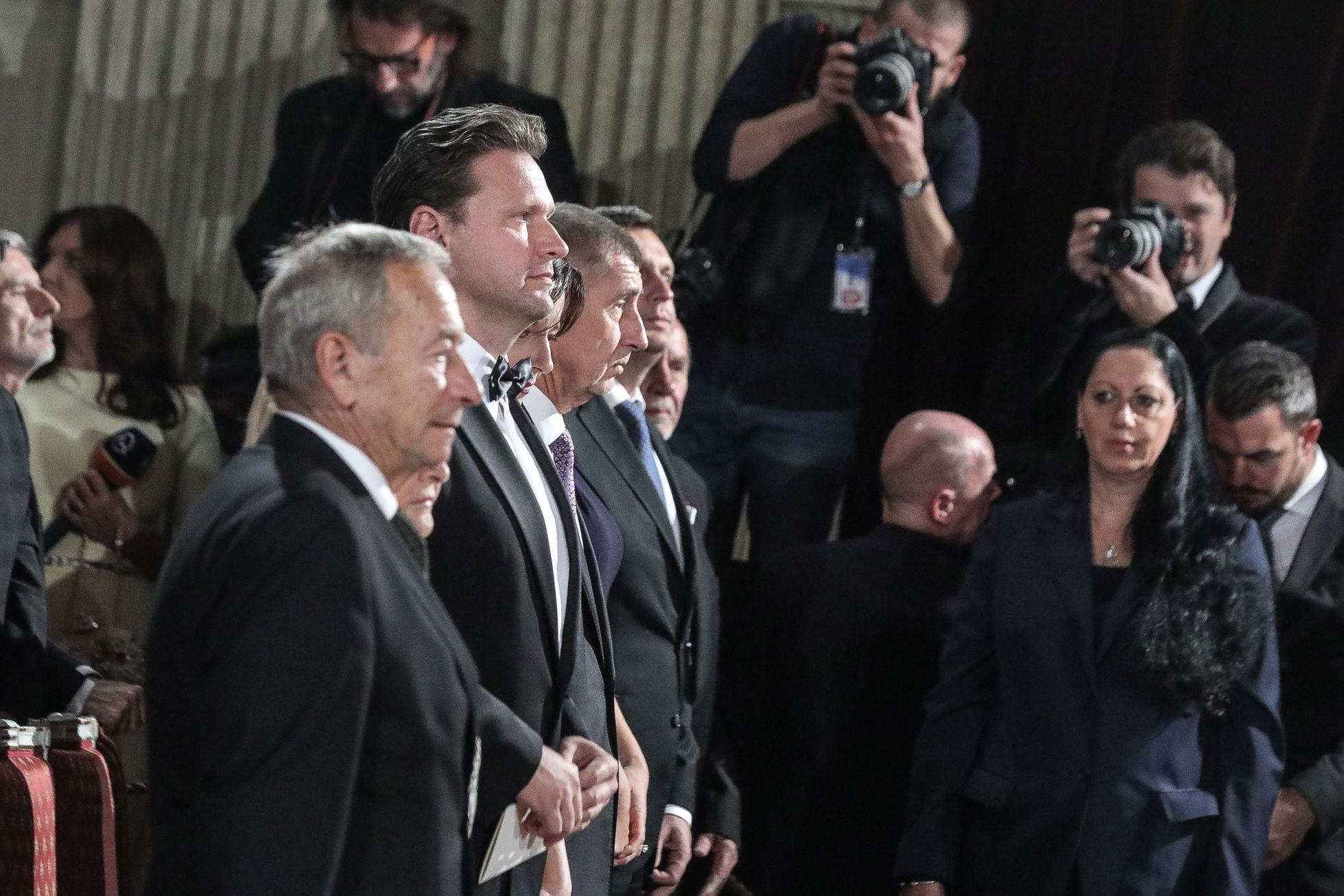V prvé řadě také usedl mimo jiné i premiér Andrej Babiš s chotí.