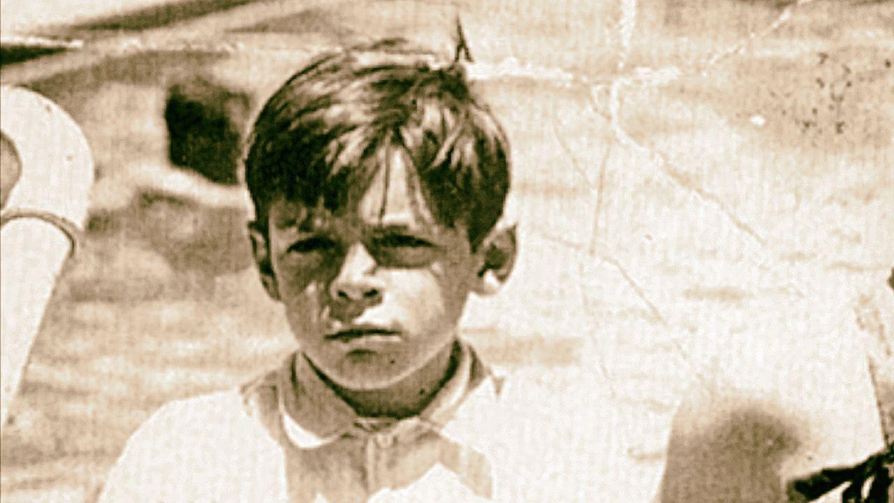 Che Guevara jako osmiletý chlapec. Fotka je vyříznuta z rodinného snímku z roku 1936, na kterém je Ernesto jediný oblečený, zatímco jeho rodiče i sourozenci na sobě mají plavky. Zřejmě kvůli tomu, že od dětství bojoval s astmatem.