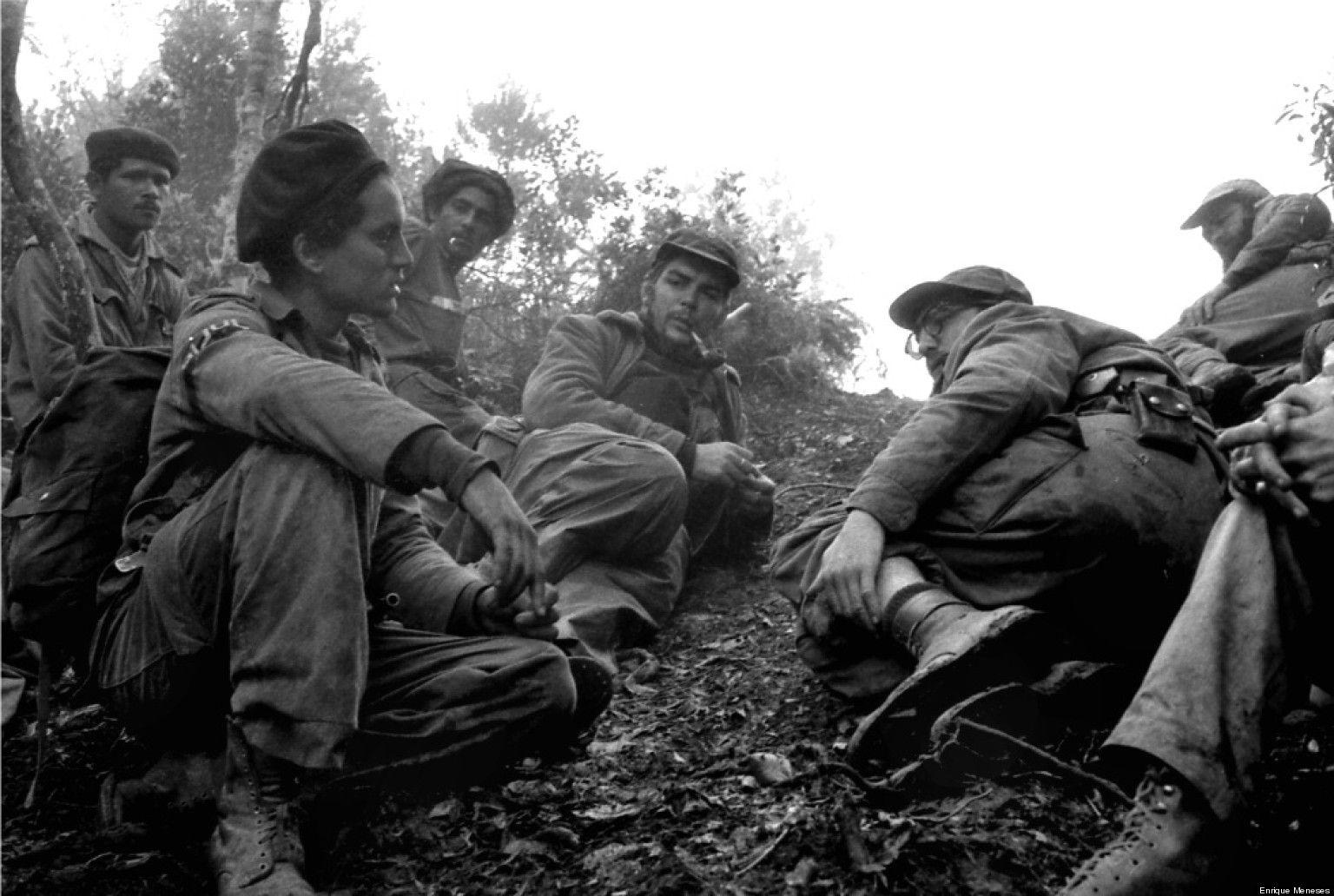 Fidel Castro s bratrem Raúlem, Che Guevarou, Camilem Cienfuegosem a desítkami dalších se tajně vylodili na pláži 2. prosince 1956.