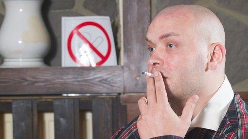 Kouření bruneta