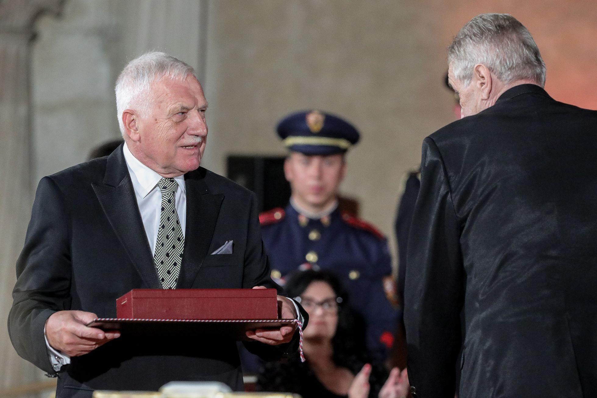 """Medaili za """"zvláště vynikající zásluhy o stát v oblasti politiky"""" obdržel od Miloše Zemana bývalý prezident Václav Klaus."""