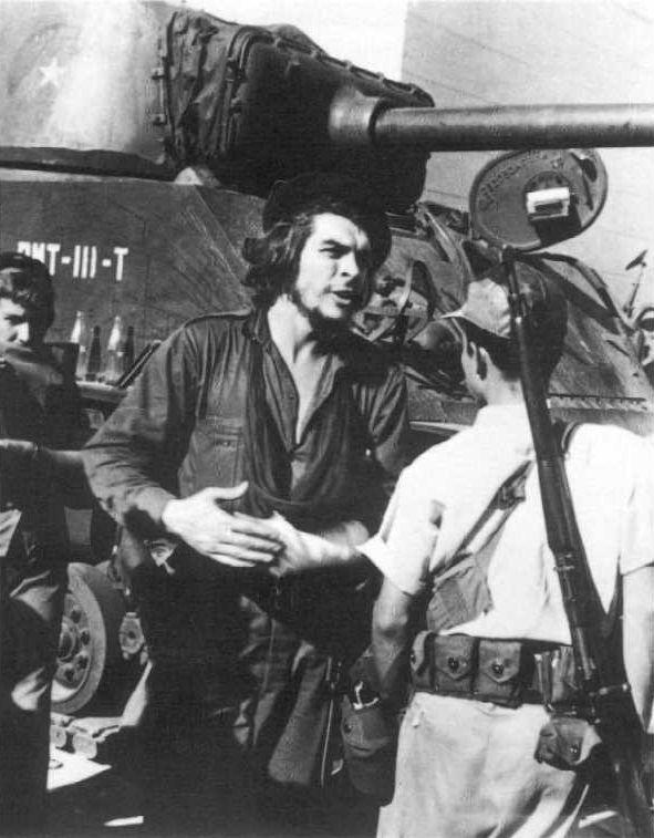 """V posledních měsících roku 1958 Che Guevara vedl část rebelů do finálního tažení. Jeho úkolem bylo převzít kontrolu nad regionem Las Villas a de facto tím """"rozříznout"""" ostrov na dva kusy. Nejtěžší částí této cesty bylo dobýt provinční metropoli Santa Clara, což se Che Guevarovým lidem bojujícím proti velké přesile nakonec podařilo. Právě bitva o Santa Claru (28. prosince 1958 až 1. ledna 1959) byla zlomovým okamžikem celé revoluce. Na snímku Ernesto Guevara v Santa Claře, prosinec 1958."""