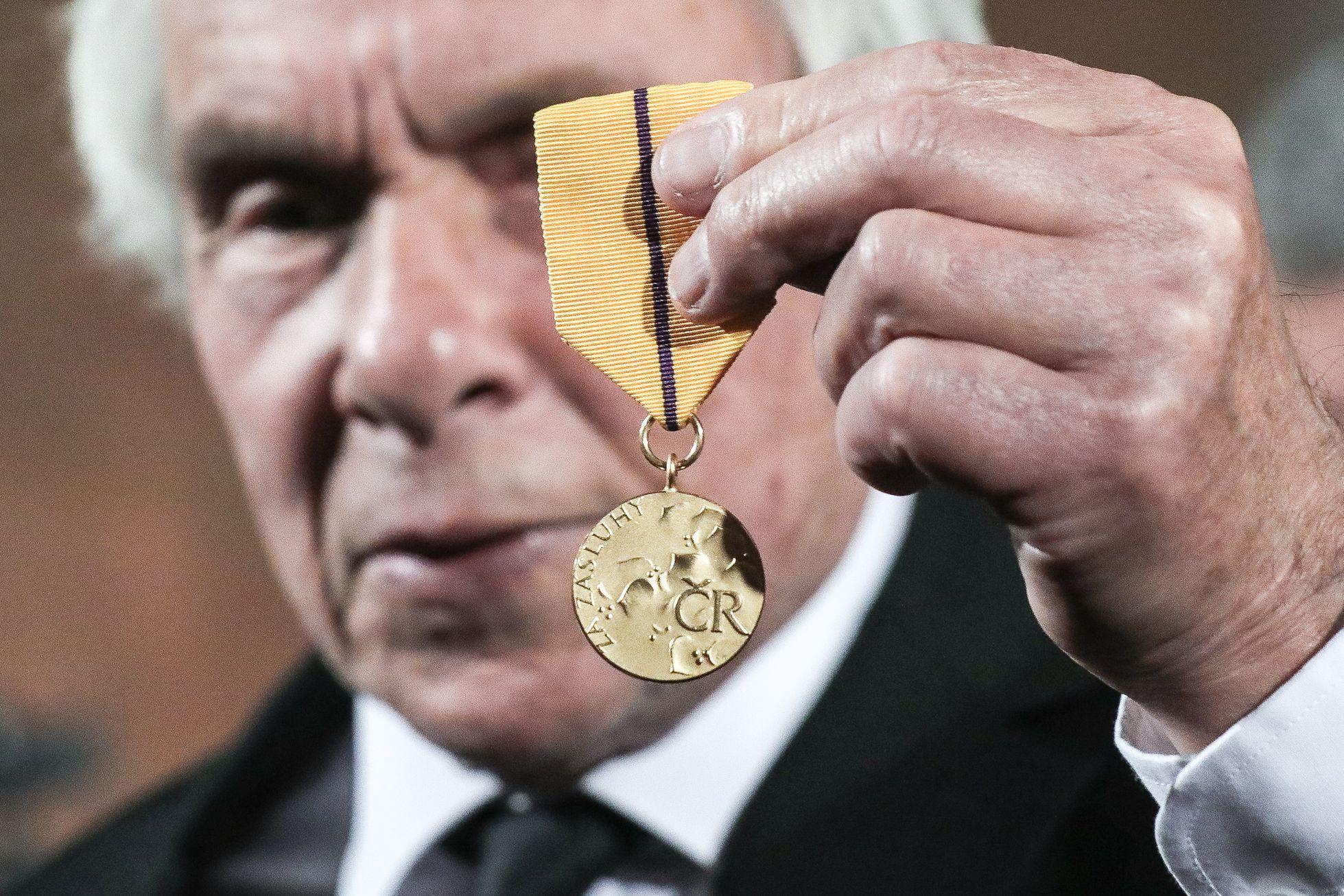 Aby pak přítomným kolegům ještě hrdě ukázal svou medaili prvního stupně.