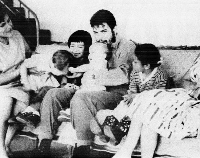 Che Guevara s rodinou. Ženatý byl dvakrát, měl celkem pět dětí. Vlevo na snímku z roku 1963 jeho druhá žena Aleida March, směrem doprava pak děti Camilo, Hilda, Celia a Aleida.