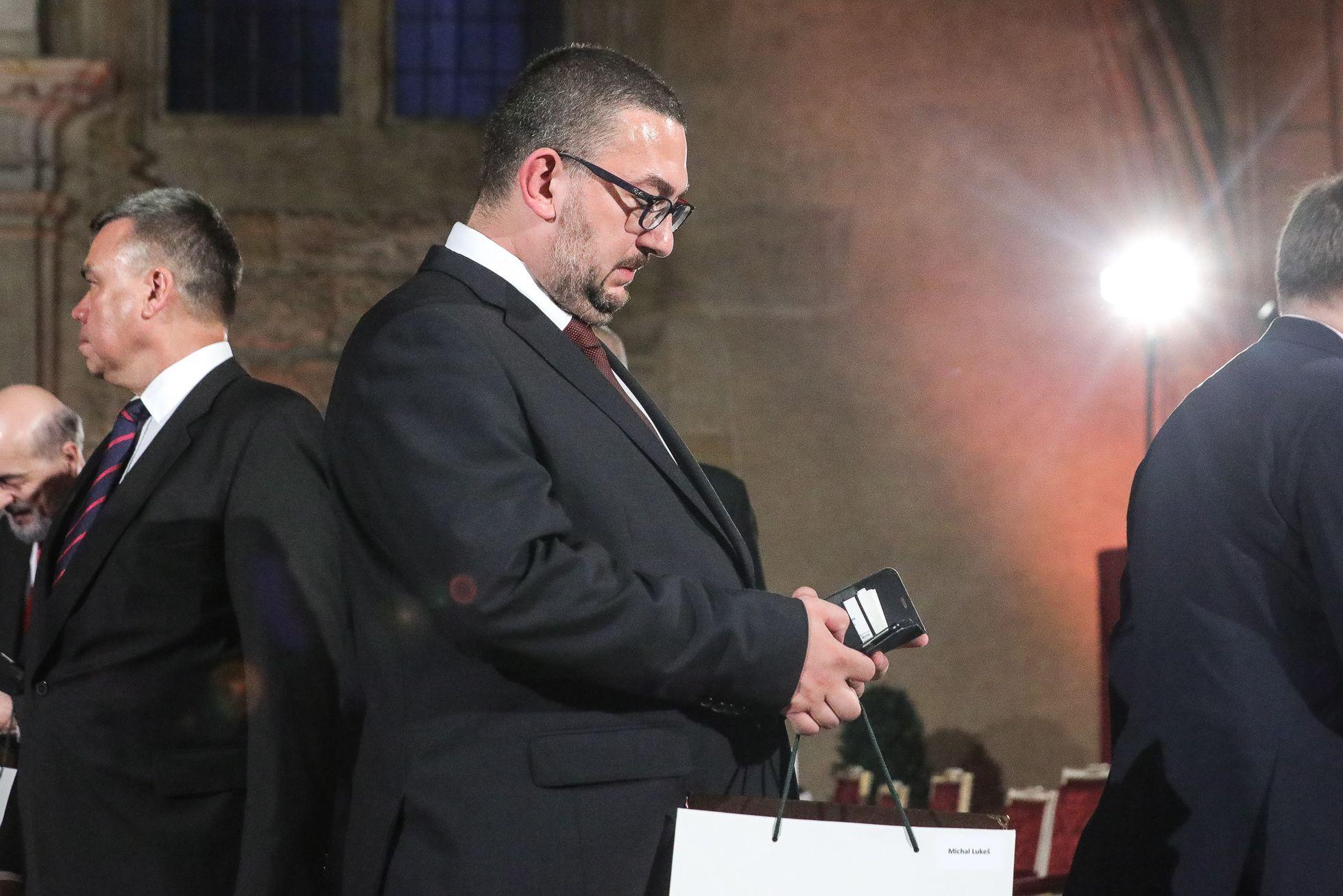 Jiní médiím nemávali, jako třeba šéf Národního muzea Michal Lukeš. A Jaromír Jágr rovnou odešel z pódia zadem, mimo pohledy kamer.