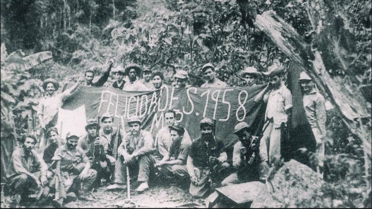 V pohoří Sierra Maestra se revolucionářům podařilo vybudovat partyzánskou ozbrojenou skupinu. Che Guevarova kariéra strmě stoupala. Skupinové foto komunistických rebelů z roku 1958.