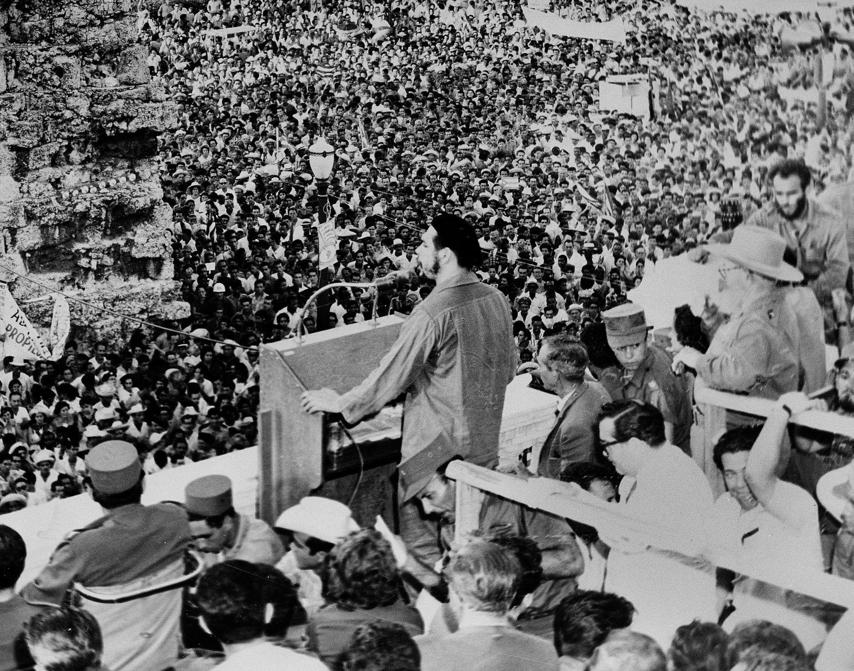 """Kubánský spisovatel Guillermo Cabrera Infante ve své knize """"Mea Cuba"""" popisuje pocity, které se Che Guevarovi honily hlavou, když vůbec poprvé - 3. ledna 1959 - Havanu spatřil. Byl zarostlý a na sobě měl uniformu, která byla """"příliš velká pro jeho astmatické tělo"""". """"Jedním z vtipů té doby bylo, že byl oblečen do staré uniformy Fidela Castra a město od první noci nesnášel. Považoval Havanu za hnusného kolaboranta."""" Snímek z roku 1960, Havana."""