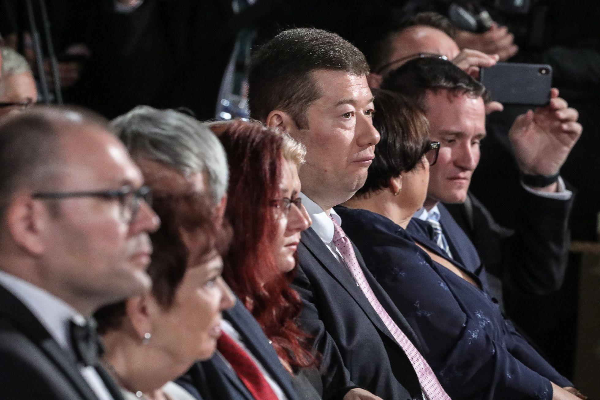 Na svém místě hned ve druhé řadě sedí také šéf populisticko-extrémistické SPD Tomio Okamura. Kdo naopak pozvánku nedostal, jsou předsedové ODS, TOP 09, STAN ani Pirátů a to ačkoliv mají zastoupení ve vedení Poslanecké sněmovny (Petr Fiala za ODS a Vojtěch Pikal za Piráty).