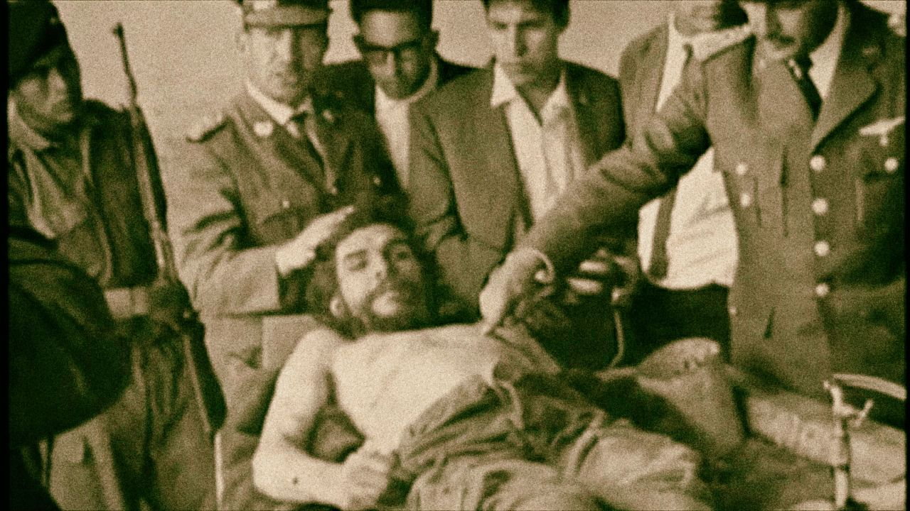 Umírající Che Guevara. Několika ranami ho v budově školy ve vesnici La Higuera zabil 27letý bolivijský seržant Mario Terán.