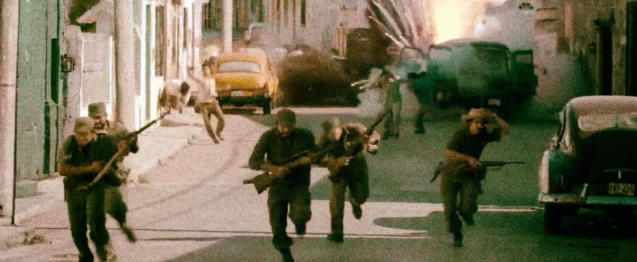 Tehdejší kubánská vláda přistupovala k stále drsnějším praktikám, kterými chtěla potlačit revoluci. Zajatce zabíjela na místě, neváhala střílet do civilistů. Ilustrační záběr z filmu Che Guevara z roku 2008.