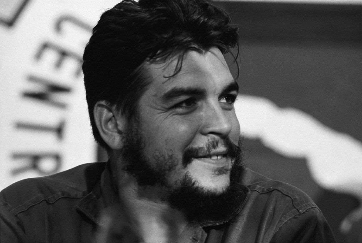"""Che Guevara později údajně s oblibou vyprávěl, že se přeslechl. Myslel si, že se Castro ptá, zda je tam někdo """"komunista""""."""