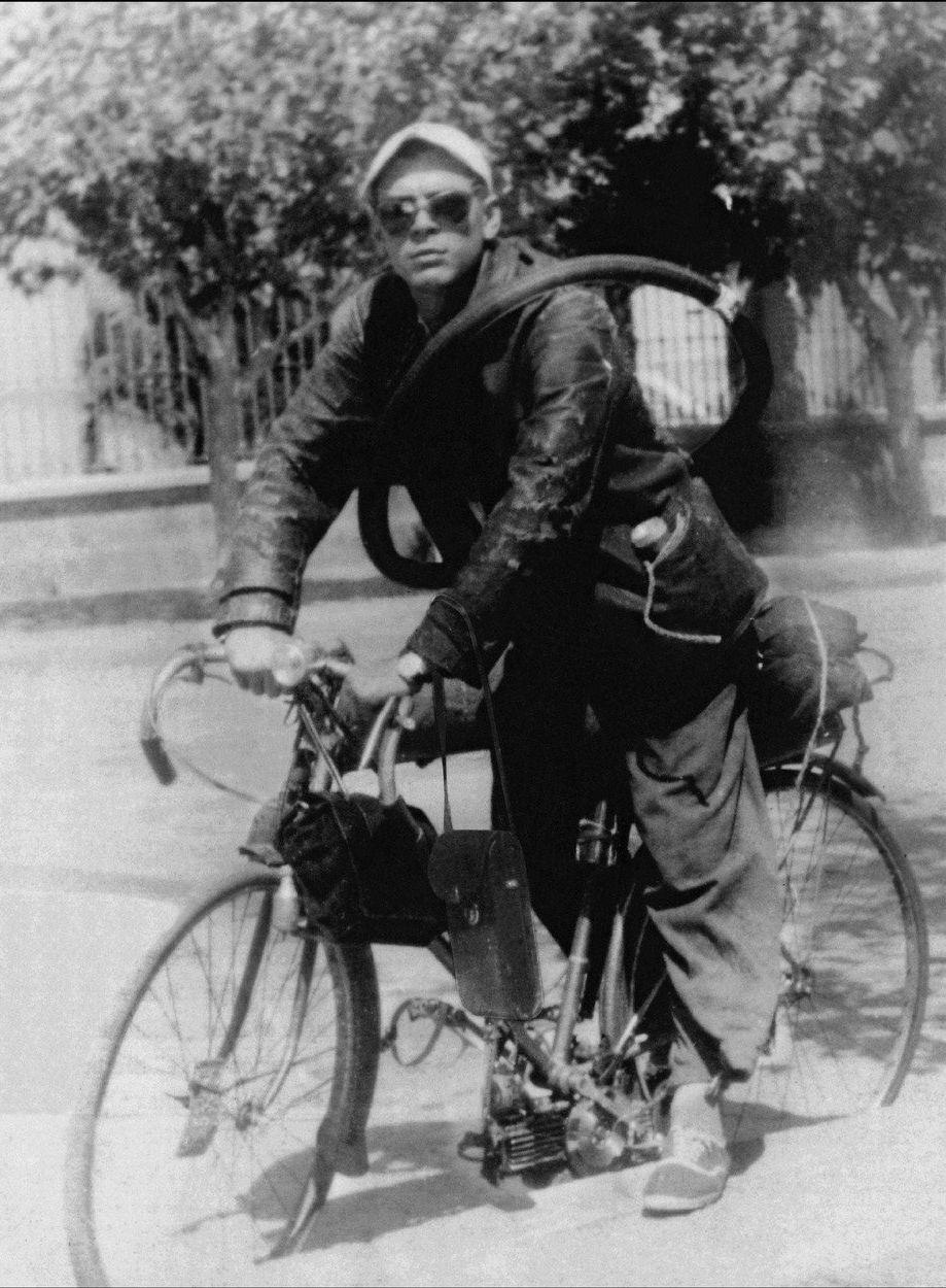 Che Guevara tíhl k levicovým myšlenkám už od mládí, nicméně byla to právě tato cestovatelská odysea, která výrazně ovlivnila a zformovala jeho postoje. Pomáhal nemocným leprou, setkal se s vykořisťováním obyčejných lidí. Zážitky z cest si sepisoval do svých Motocyklových deníků, které ale vyšly až posmrtně. Na snímku z roku 1952 na řece Amazonce s kamarádem Granadou.