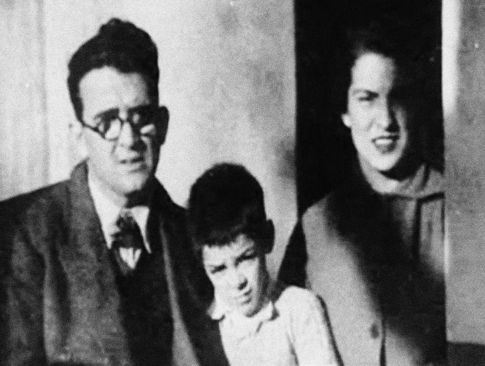S rodiči. Po otci Ernestu Guevarovi Lynchovi zdědil irské a španělské kořeny, rodina jeho matky Celie de la Serna y Llosa pocházela ze Španělska.