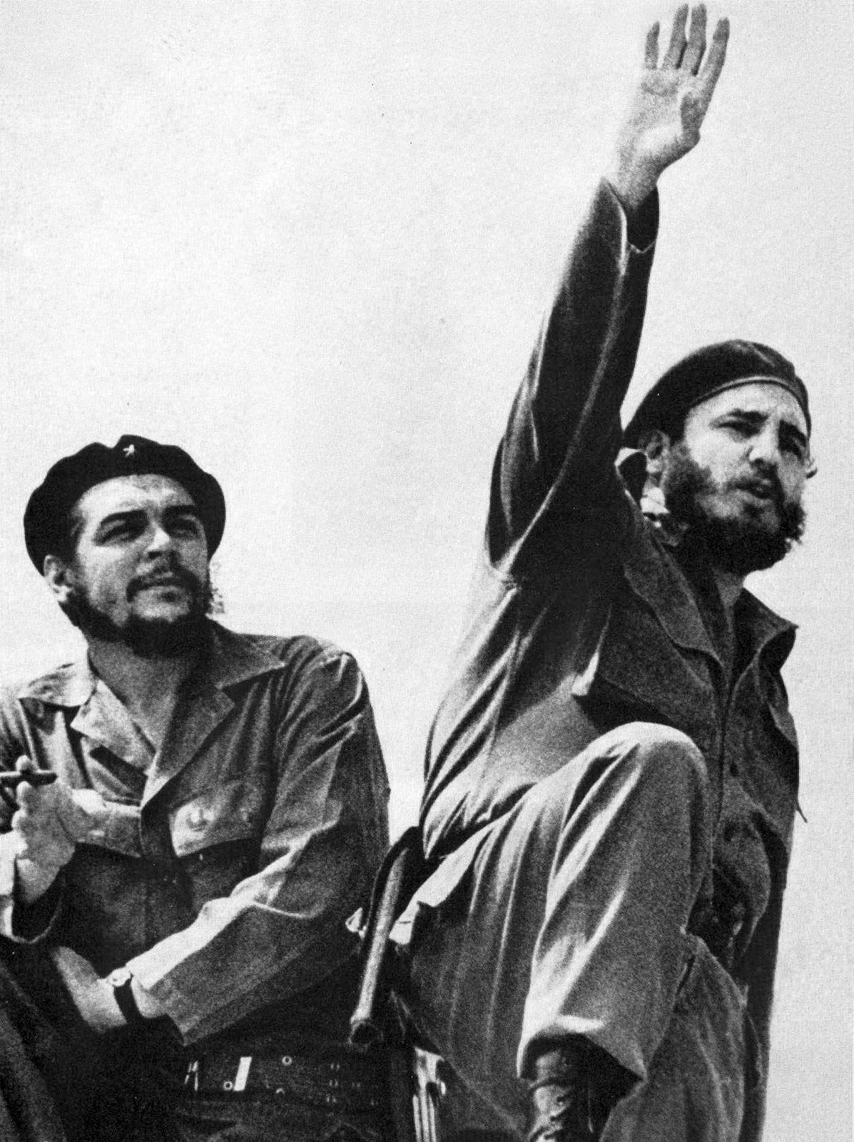 """Podle časopisu se Guevara (vlevo) honosil pro ženy """"zničujícím"""" sladkým a melancholickým úsměvem. Byl vysoce inteligentní i vnímavý. Na snímku z roku 1961 s Fidelem Castrem."""