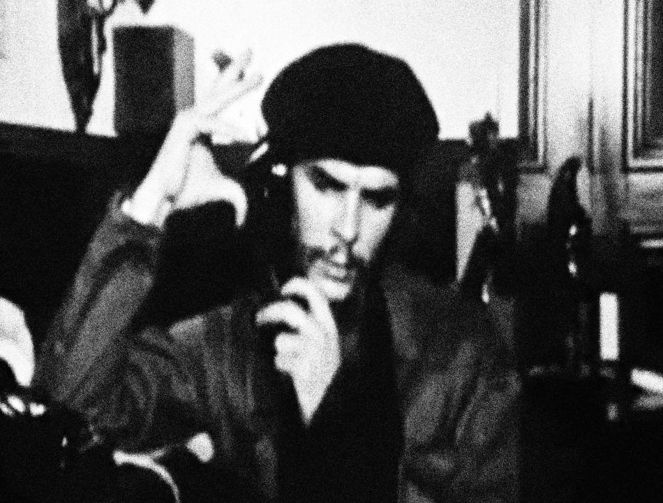 """Přitom byl sám pro mnohé obyvatele karibského ostrova de facto """"cizincem"""". Fidel Castro ho sice označoval za rodilého Kubánce, ale Guevaru prozrazovala už jeho slavná přezdívka. """"Che"""" se v Argentině používalo ve smyslu familiárního pozdravu, něco jako """"kámo"""", """"chlape"""" - jako běžná vsuvka v řeči."""