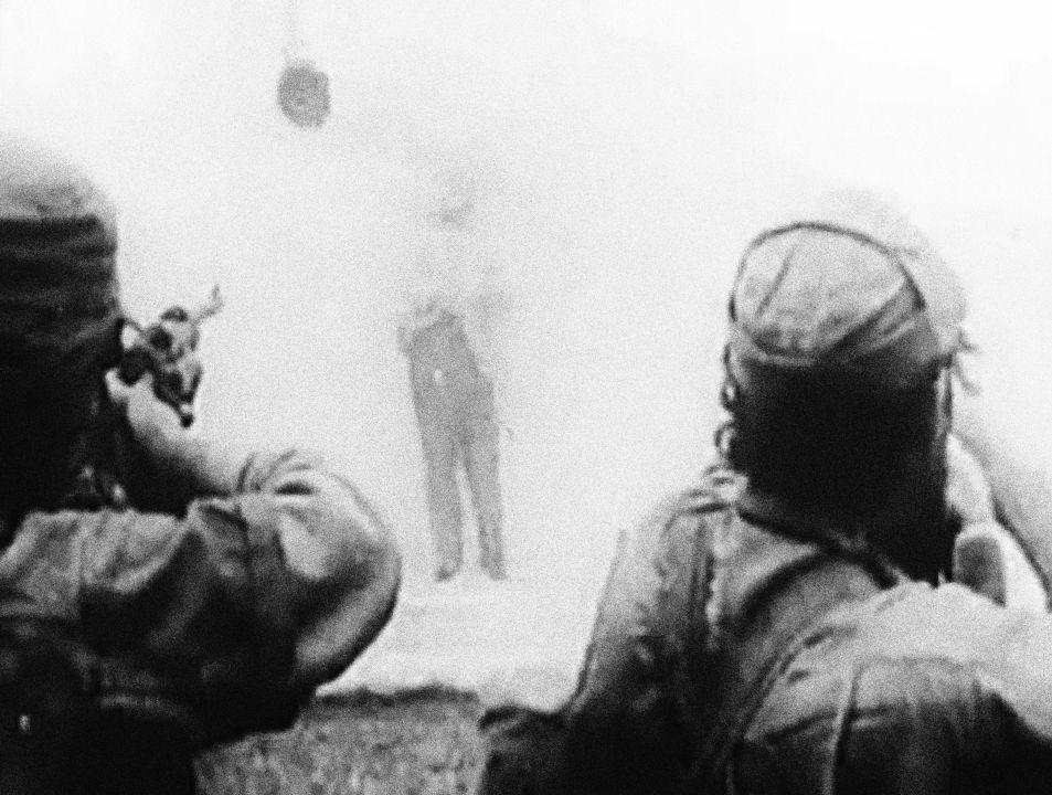 Na snímku z roku 1958 chvíle zábavy během revolučního tažení.