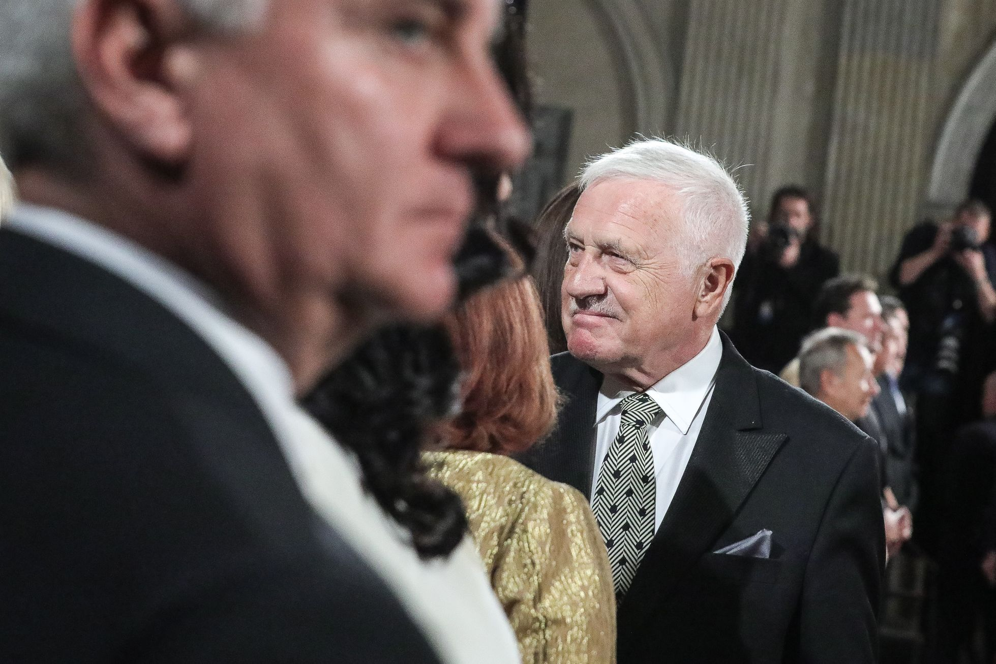 Stejně tak se usmíval Václav Klaus, který jako exprezident zaujal místo v první řadě.