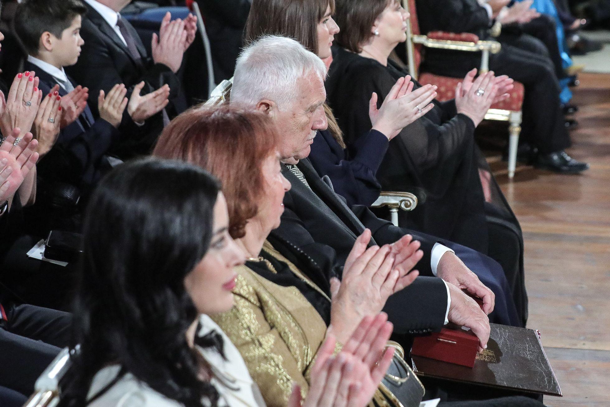 Každý z oceněných kromě medailí dostal ještě pochvalu potleskem od většiny sálu.