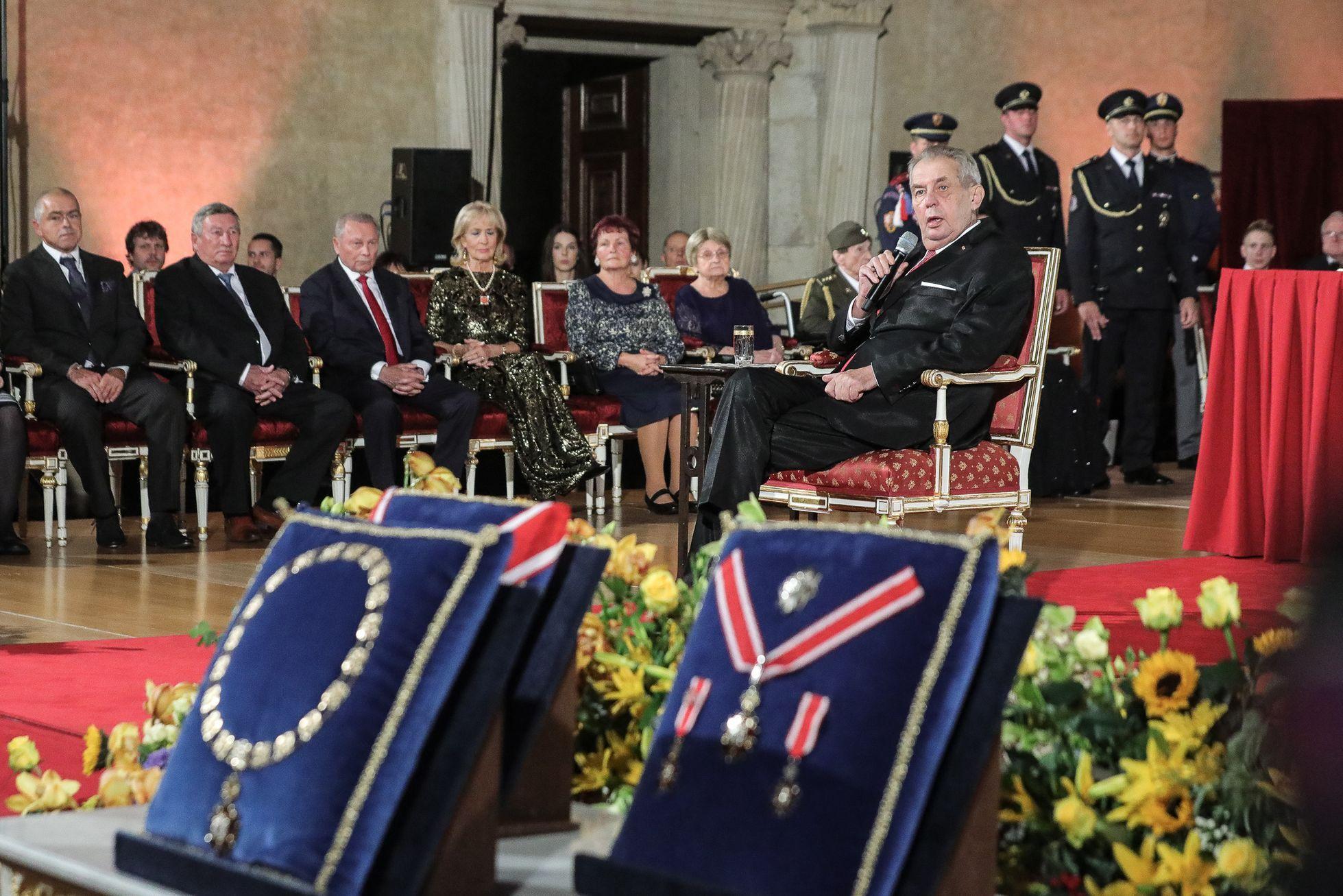 Miloš Zeman se usadil na připravené křeslo.