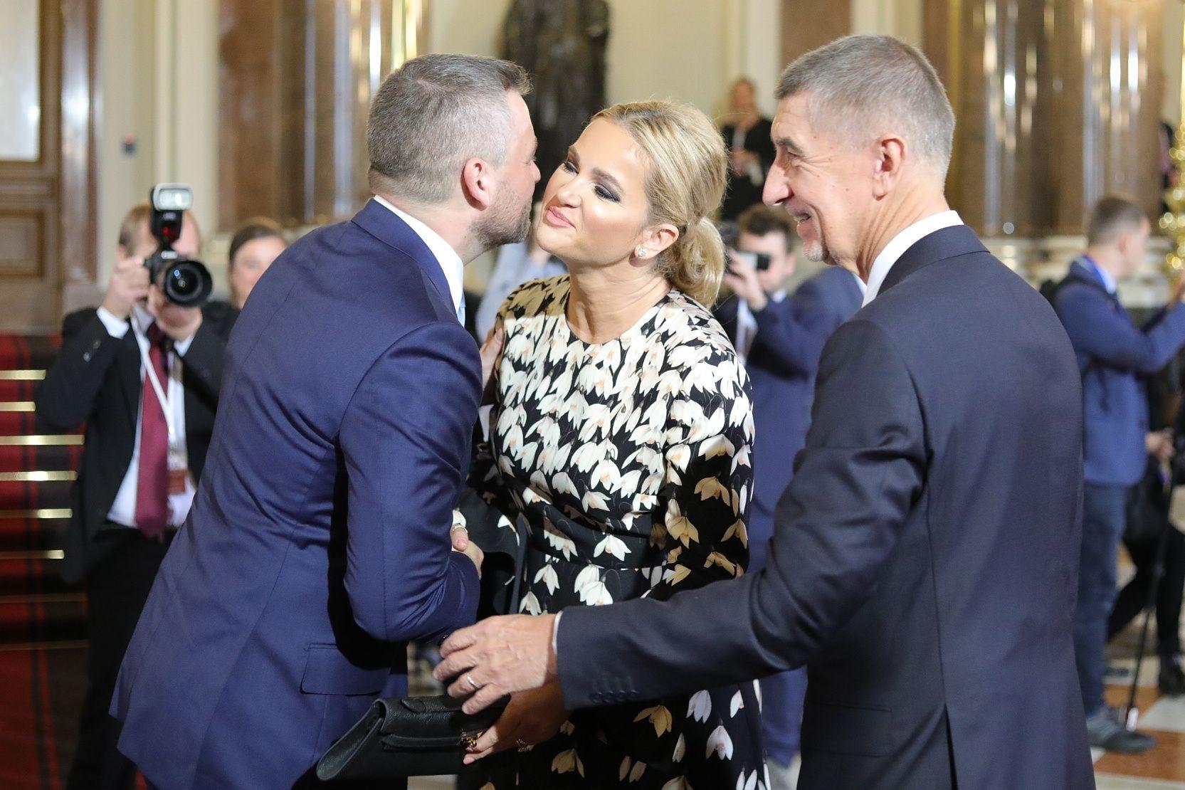 Manžel a manželka sdílejí velký péro