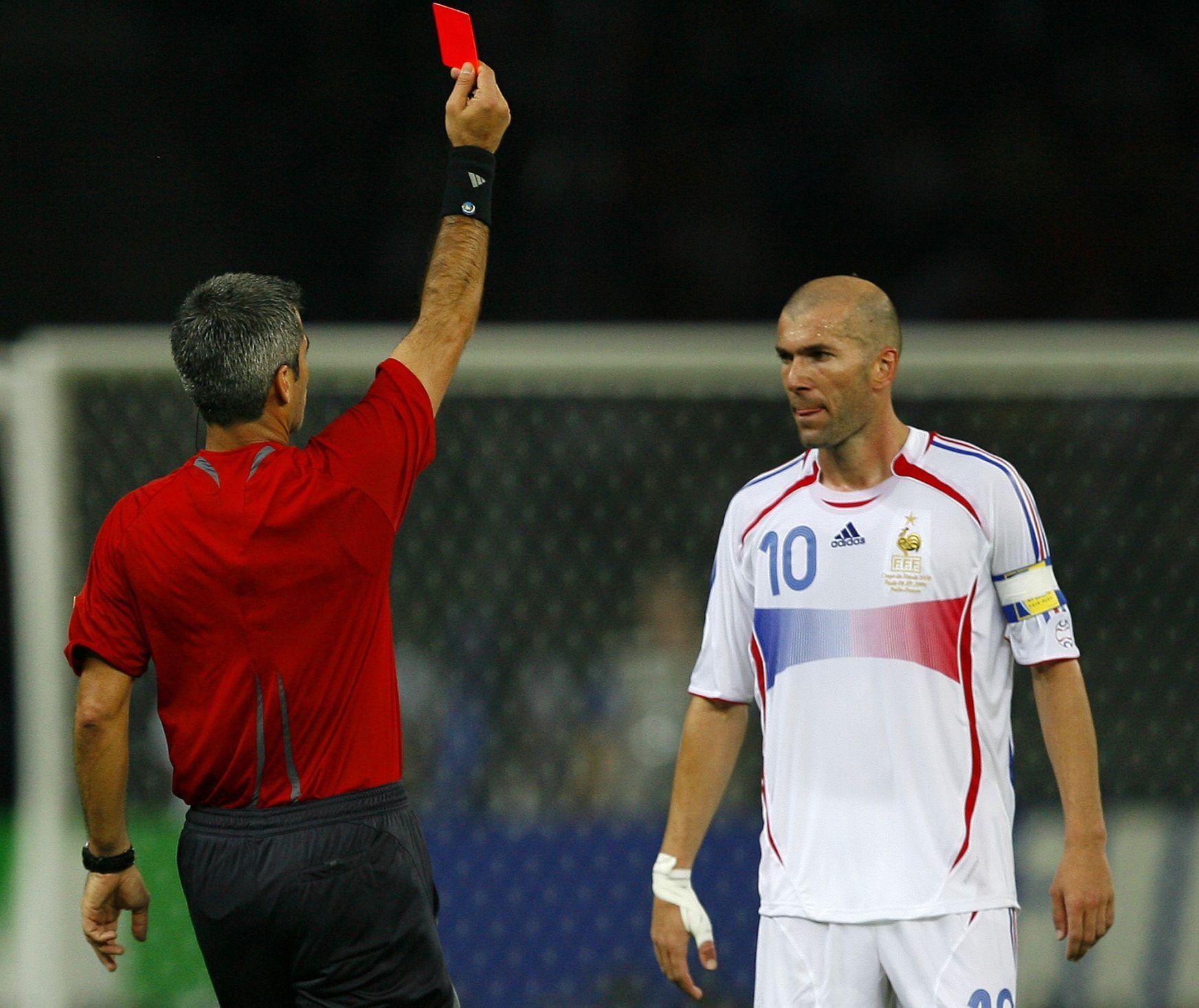 """Zinédine Zidane, nebo Eric Cantona? Tohle přetěžké dilema řešil Ferguson, když mu šéf skautingu United doporučil, aby z Bordeaux koupil dalšího Francouze, který udivoval skvělými kousky. Jenže Zidane hrál na stejném místě jako jeho legendární krajan. """"Alex říkal, že dokonce i sám Eric mu Zidana zmiňoval. Jenže Ferguson cítil, že kdyby Zidana přivedl, oslabil by Erikovu pozici,"""" prozradil bývalý prezident Rudých ďáblů Martin Edwards. A tak Ferguson zůstal loajální ke Cantonovi..."""