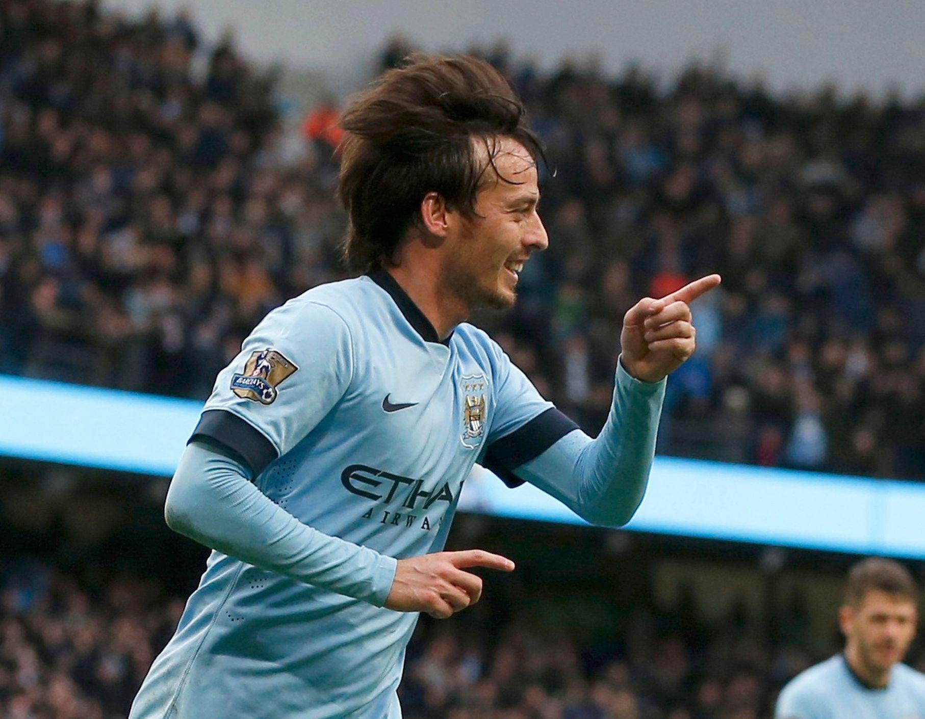 """Další z hráčů, kteří se místo na Old Trafford proslavili jen o pár ulic dál. Přitom i Davida Silvu sledoval sám Ferguson. Jenže nakonec od něj dal ruce pryč, nelíbilo se mu, že hraje jen dopředu. """"Měl jsem s tím problém. Jasně, nakonec patří k těm největším. Můžete říct, že Lionel Messi je taky klasickou desítkou, stejně jako Maradona, skvělí hráči, a já se nebudu přít. Ale v Manchesteru jsme to prostě měli jinak,"""" nevzdal se Ferguson svého vidění fotbalu."""