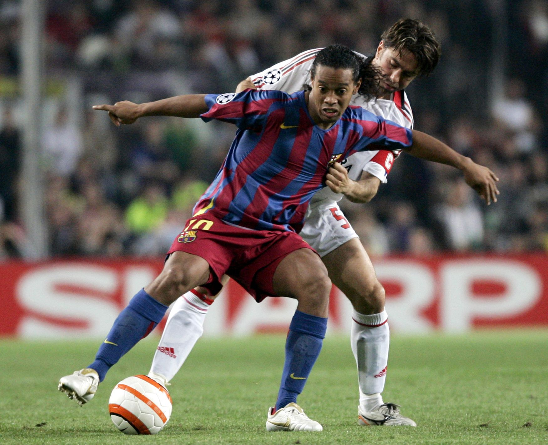 """Krátce předtím, než pomohl v roce 2002 Brazílii zásadním způsobem k titulu mistrů světa, se mohl Ronaldinho, pořád pouze třiadvacetiletý, stát hráčem Manchesteru United. Zubatý génius z Paris SG měl nahradit Davida Beckhama, který zamířil do Realu. """"Byl tam nějaký problém s Ronaldinhovým bratrem, který mu dělal agenta. A Peter Kenyon, tehdejší šéf exekutivy, prostě nedokončil svou práci,"""" zlobil se i po letech Ferguson na svého spolupracovníka, že Ronaldinho neskončil v jeho mužstvu."""