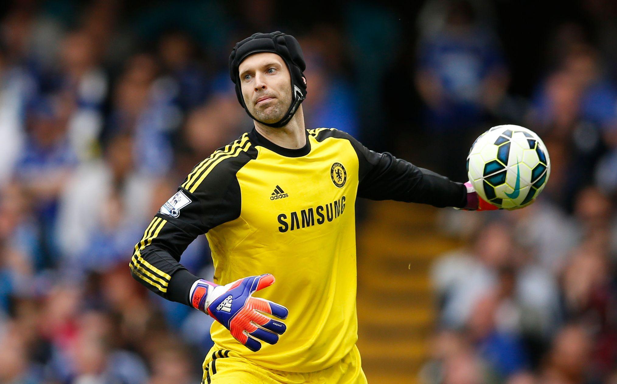 """Hned v brance najdeme českou stopu. Za United klidně mohl chytat Petr Čech. """"Jezdil jsem se na něj dívat, když působil v Rennes. V tu dobu mu bylo 19 a já jsem si řekl: Je moc mladý,"""" prozradil Ferguson později. Mýlil se. Čech vzápětí přestoupil do Chelsea, kde udělal fantastickou kariéru."""