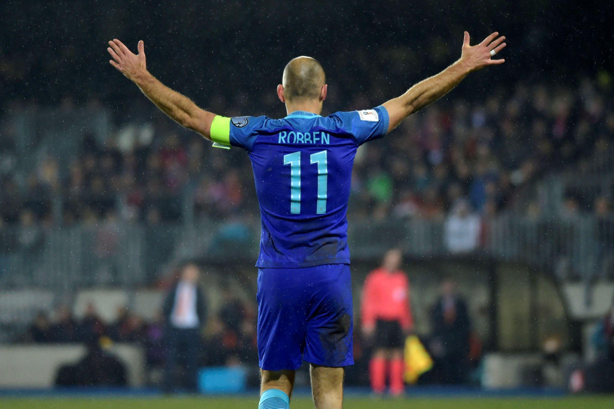 """Než se stal jedním z nejobávanějších křídelníků Evropy, zářil Arjen Robben v Eindhovenu. A vyhlížel svůj první velký přestup. """"Byl jsem na večeři s Fergusonem, měli jsme skvělý rozhovor, mluvili jsme o fotbale i životě. Prošel jsem si tréninkové středisko a všechno vypadalo skvěle,"""" vybavuje si Robben. Pak se vrátil do Eindhovenu - a nic se nedělo. PSV jednalo i s Chelsea, se kterou si vzápětí i pláclo. """"Kdyby mi Manchester nabídl smlouvu poté, co jsem se s nimi setkal, podepsal bych mu. Jenže se to nestalo a nemusel jsem litovat,"""" dodává """"létající Holanďan""""."""