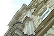 Funkcionalistický byt se nachází v jednom ze secesních domů z konce 19. století v ulici Hlinky. Původním majitelem byl sklářský mistr a otec známého architekta Evžen Škarda.