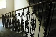 ... a schody se zdobeným zábradlím manželé žili s dcerou Johannou, které ve 30. letech minulého století darovali ke svatbě s Richardem Herdanem byt ve vyšším poschodí o výměře asi 100 metrů čtverečních.