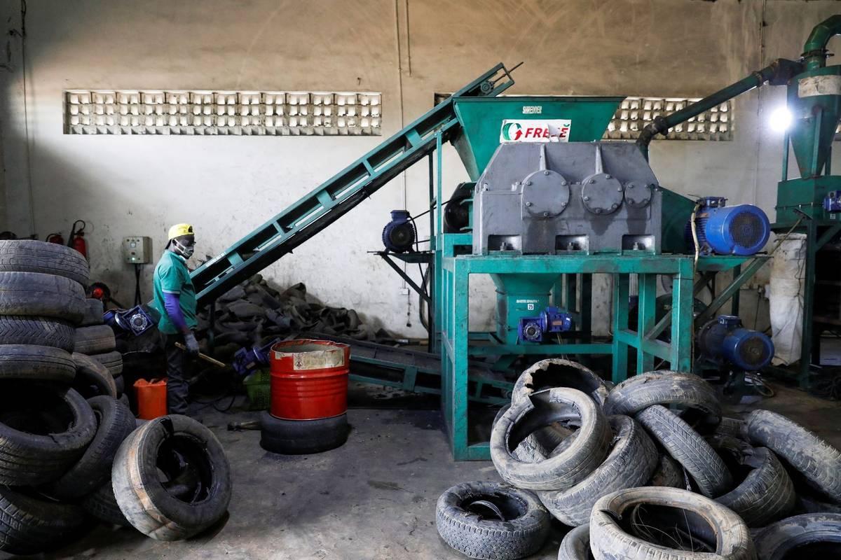 """""""Většina pneumatik končí ve veřejné kanalizaci a ucpává odtok, ale věci se mění,"""" konstatuje."""