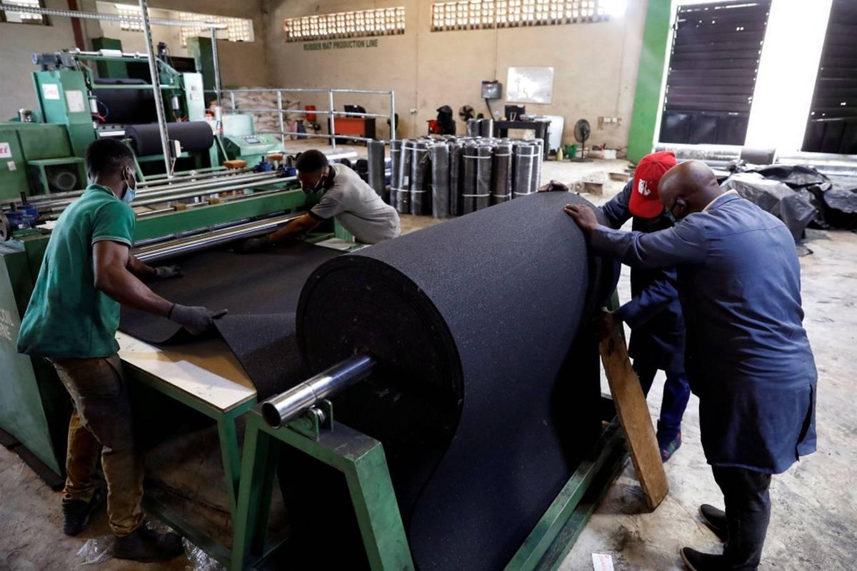 Za jeden kus dostávají od 70 do 100 nigerijských nair (zhruba čtyři až pět korun).