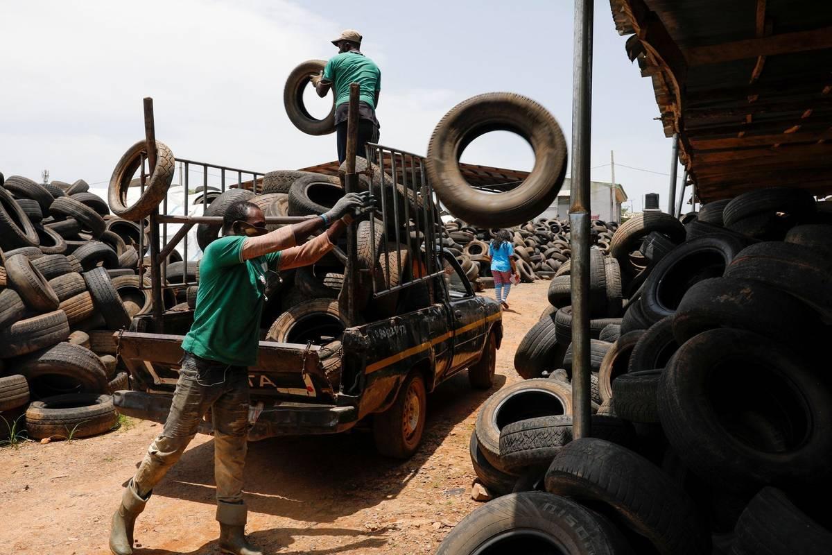 Podnikatelka Ifedolapo Runseweová ze západoafrické Nigérie, tedy země silně závislé na příjmech z vývozu ropy, objevila nedávno další druh černého zlata: použité pneumatiky.