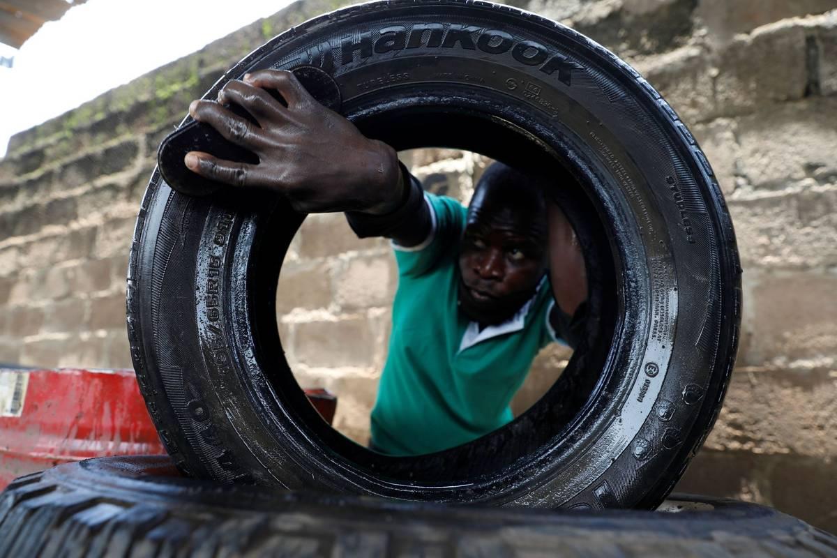Firma nigerijské podnikatelky vykupuje ojeté gumy hlavně od sběračů odpadků.