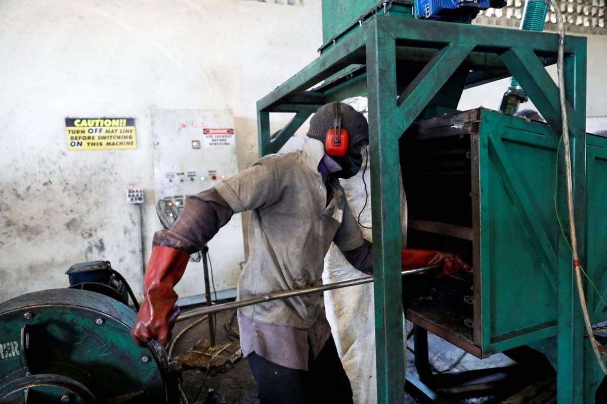 Někdy jí surovinu dodávají také automechanici, jako je Akeem Rasaq, jenž si pochvaluje, že si tak může na starých pneumatikách trochu přivydělat.