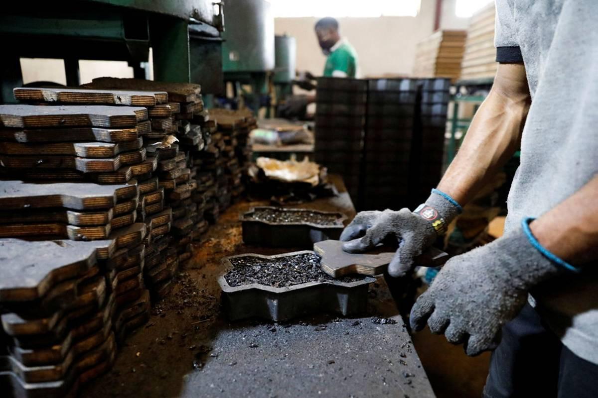 """""""Kolem pneumatik jsme schopni vytvořit celý řetězec,"""" dodává majitelka továrny ve městě Ibadan, mezi jejíž nejprodávanější produkty patří dlažební kostky vyrobené z recyklované gumy."""