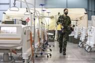 Připravují polní nemocnici.