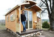 Sám Ondřej Vácha 15 let pracoval v korporátních firmách. Loni v létě dal v jedné výpověď a řekl si, že než se požene do další práce, vyřeší, jak využít pozemek, který kdysi koupil pro stavbu chaty. S ženou se shodli na tom, že jim k chataření stačí něco menšího, a začali se shánět po maringotce z druhé ruky.