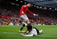 Domácí hvězdy krutou porážku neunesly. Cristiano Ronaldo takto nevybíravě nakopl do slabin ležícího Curtise Jonese.