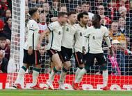 Radost fotbalistů Liverpoolu. V tabulce jsou druzí o bod za Chelsea, Manchesteru United patří až sedmá pozice.
