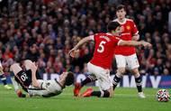 """Šílený zápas odehrál stoper domácích Harry Maguire. """"Průchoďák"""" v obraně United dokázali mrštní liverpoolští bezezbytku využívat."""