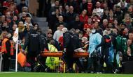 Guinejského středopolaře museli odnést na nosítkách a Pogba po zásahu videorozhodčího dostal červenou kartu.