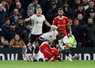 Další nepěkný moment měl na svědomí střídající Paul Pogba. Hvězdný Francouz skluzem zranil hostujícího Nabyho Keitu.