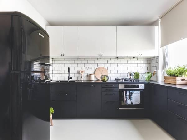 Hajasovi si původně představovali kuchyni v odstínech zelené a šedé. Designérka jim však doporučila nadčasovější řešení, které se dá v budoucnosti snadno uzpůsobit proměňujícímu se vkusu.