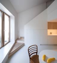 Z jídelny se dá velkoformátovými dveřmi vstoupit na modřínovou terasu, po schodech se člověk dostane do prvního patra.