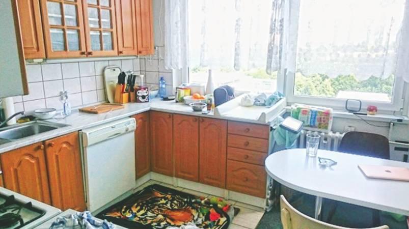 V dřívější kuchyni byla mezi dřezem a varnou deskou jen malinká plocha s ledničkou na druhé straně místnosti. Hanka tak po pokoji neustále běhala sem a tam.