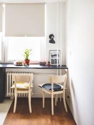 Díky přesunu jídelny do nedalekého obývacího pokoje se tu dnes dá královsky snídat s výhledem na slunce nad Prahou.